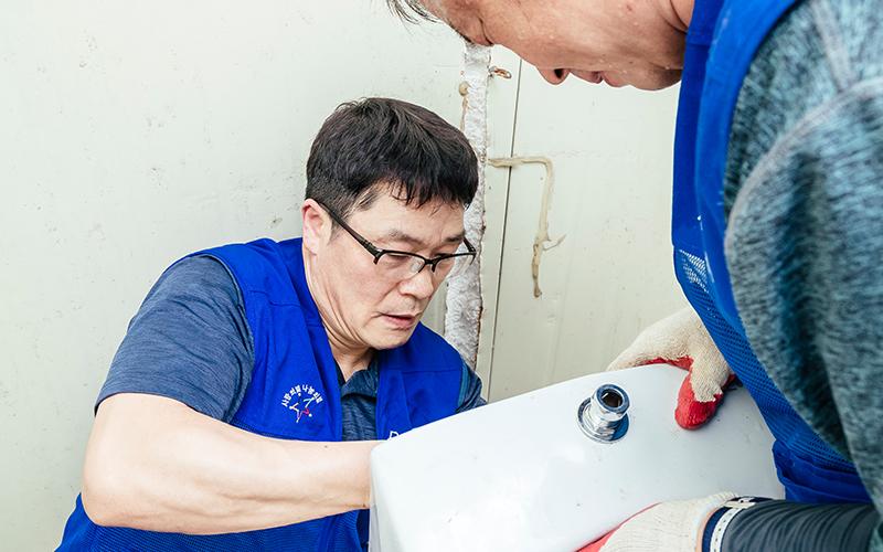 '뚝딱뚝딱' 깨끗하고 편리하게 바꿔드려요!'나눔 실천 봉사팀'의 집수리 봉사활동