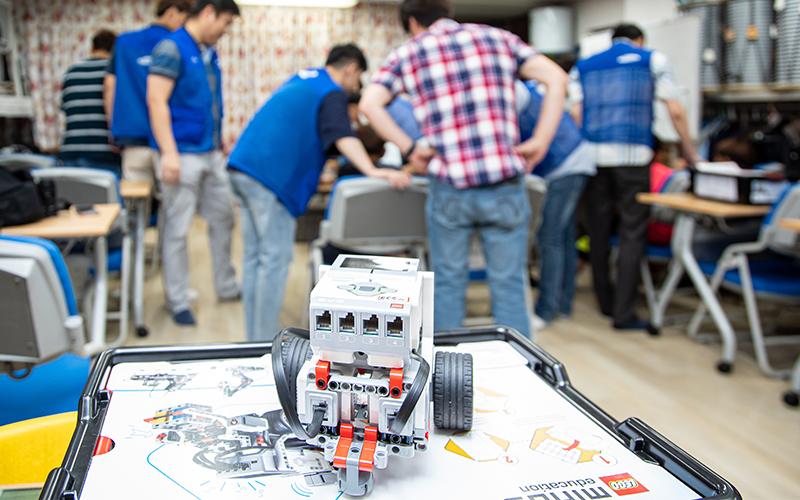 레고로 놀면서 코딩하자! 삼성디스플레이 애(愛)코딩 봉사팀의 로봇코딩 교육